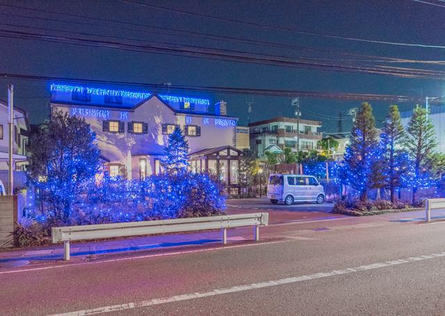 こちらは1月4日に目撃した、住宅街のレストランにおける年越し電飾事例。これら実践が住宅における年越しに影響を与えるのではないか。それにしても青い。最近また電球色から青色LEDに流行が戻ってきているようだ。