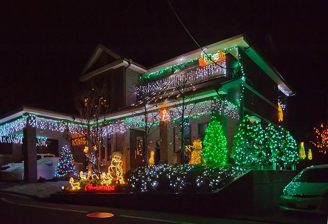 ただ、2012年にレポートしたこのすばらしいクリスマス浮かれ電飾を実践しておられるおうちは、