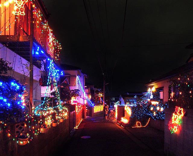 福岡における町を挙げての浮かれ電飾。個人的にはこの動き、「コミュニティの祭」という政治的に正しい風情が香るのがあまり好みではない。あくまで「好事家の個人的な熱中・暴走」であってほしい。