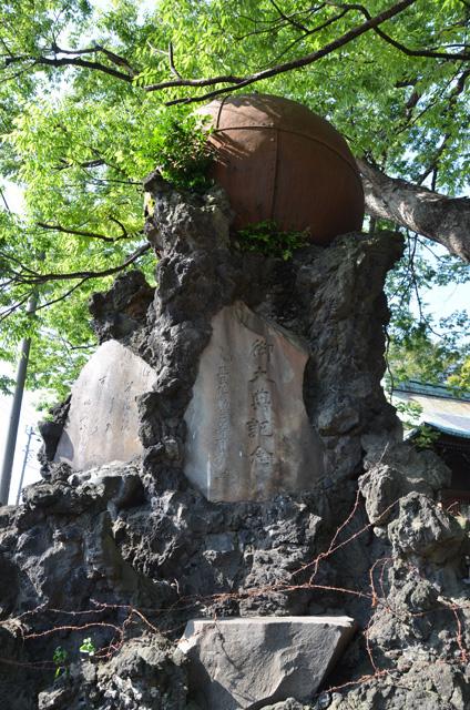 ゴツゴツした石塔にはバラ線までまかれていた