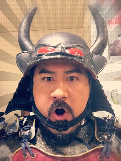 先祖を演じた俳優の小手伸也さん