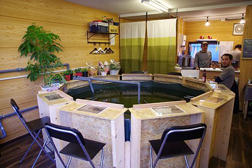 クイズ番組か中華料理屋、あるいは国際首脳会議のテーブルっぽい。