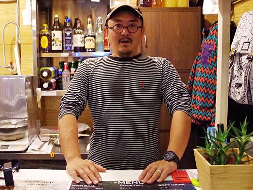 店長の齋藤さん。ここは元々フィッシュホーンという釣具屋だったそうです。
