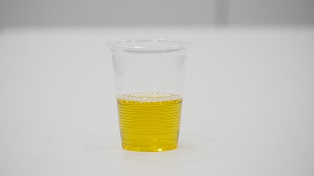 透明なカップだとお茶である。しかしこれを紙コップにしてみると……