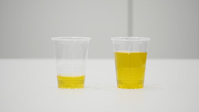 どちらかがお茶である。相当入り込んでる方は右側も「たっぷり」と見えるかもしれない