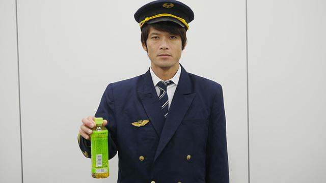同じような格好からワッペンや帽子の紐を変えるだけでこんなに変わってくる。パイロットがコックピットからお茶を持って出てきた