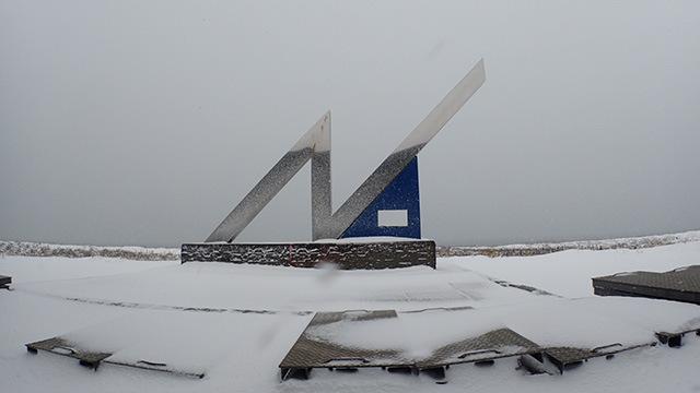 北緯45度の碑。