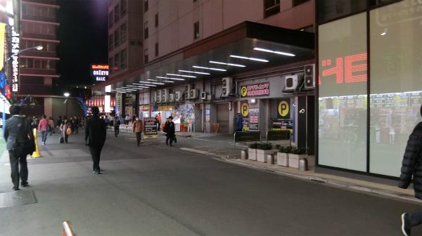 以前、新宿バスターミナルがあった場所。ヨドバシカメラが使用している。
