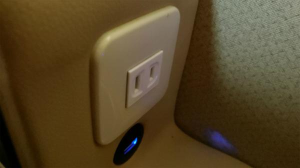 電源コンセントとUSBポートがついている。個室なので周りを気にせずに仕事ができる。