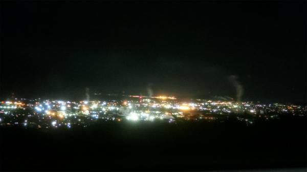また、夜景だ。栄えているのかな。煙もたってる。