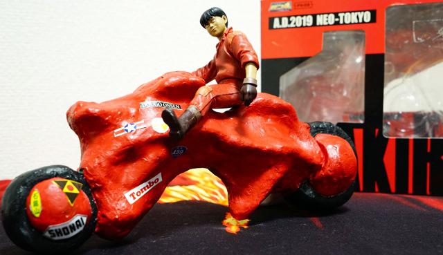 「金田ァ!お前のバイク、四国じゃねえか!」「さんをつけろよデコ助野郎!」