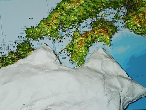 立体地図カレンダーを参考に四国山地の感じを…。