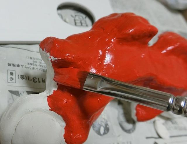 アクリル絵の具で色を付ける。工作の出来の悪さを隠すべく厚塗り。