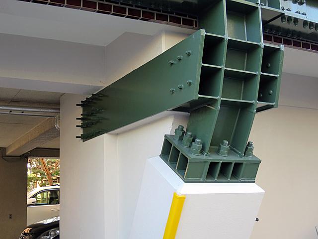 鉄骨はマンションの柱にしっかり固定されている