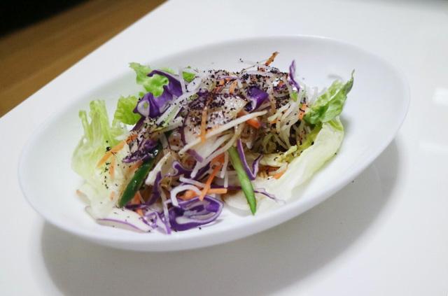 サラダにゆかりとポン酢をかければ一気に和風になる。