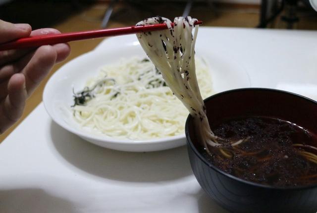 夏などにそうめんに飽きたときは、つゆに入れて味を変える。
