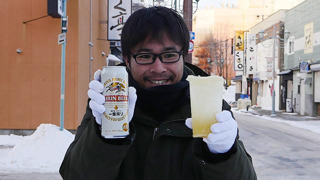 冷え冷えのビールを飲むためにビールを凍らせてグラスを作りました。すごいきれいにできた!と思ったら以外な欠点が。それから冬の北海道寒すぎ(安藤)