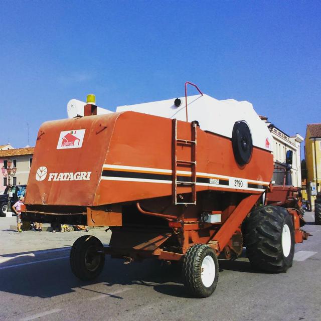 今日の農耕車パレードで1番カッコ良かったもの。蟹みたいな爪が攻撃的なビジュアル。なのに後ろ姿はアッサリ。(yomoghi)