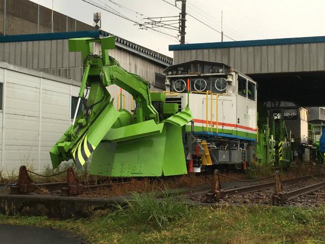 おそらく除雪車両。ビビットな色と雪かき部分の複雑な形状がかっこいい。(松本ジュンイチロー)