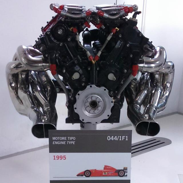 モデナにあるエンゾ・フェラーリ博物館に行ってきた。フェラーリがカッコいいのは中身も!ってことで、エンジンが生き物のようで艶かしい。 (yomoghi)