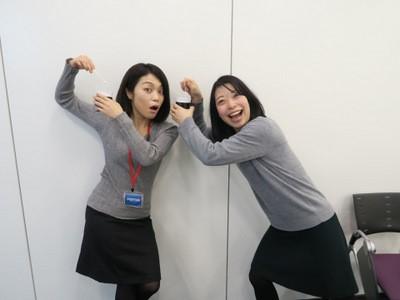 真剣な話した後に「編集部の古賀さんと服が被った」と喜んで記念写真を撮る池田さん