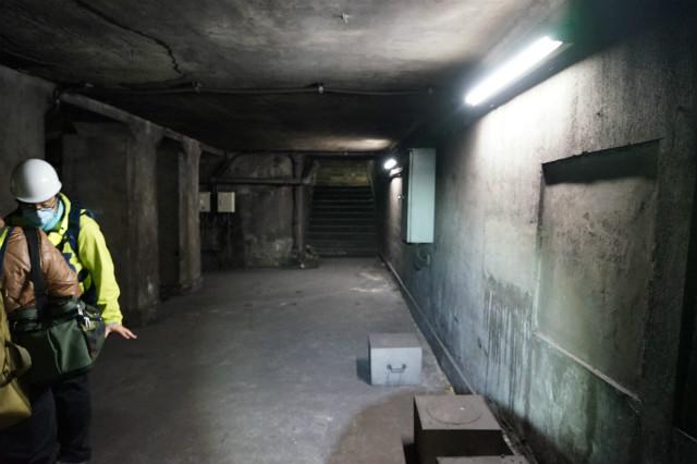 コンクリートむき出しの地下空間