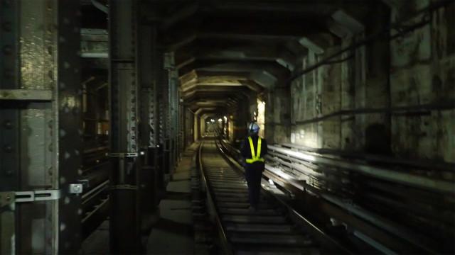 神田川の下のトンネルはA線とB線で別れているので、さらに狭くなる