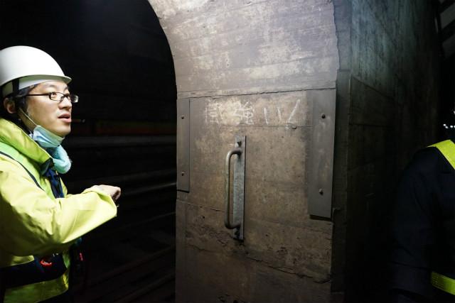 空気鉄砲のしくみで、電車に空気が押されるので、地下鉄のトンネル内はめちゃめちゃ風がつよい。手すりは点検作業で退避した作業員が風で飛ばされないようにつかむためのもの
