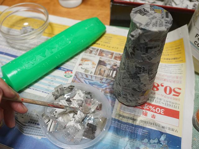 ヤマト糊を水で薄め、新聞紙を何層かに貼り付けていく。人生の節々で現れる作業のひとつである。