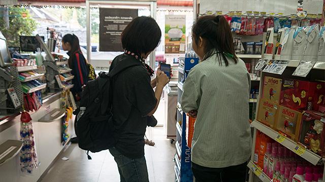 翻訳した文章を見せて教えてもらう。「このお店の中であなたのおススメのものは何ですか」