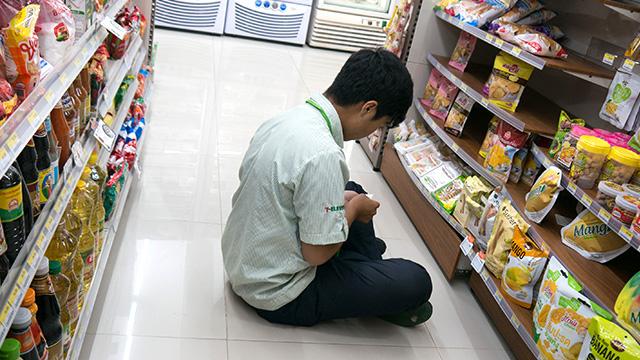 その3:店員さんが、なんか自由でうらやましい。(値段の付け替えをしてるところ)