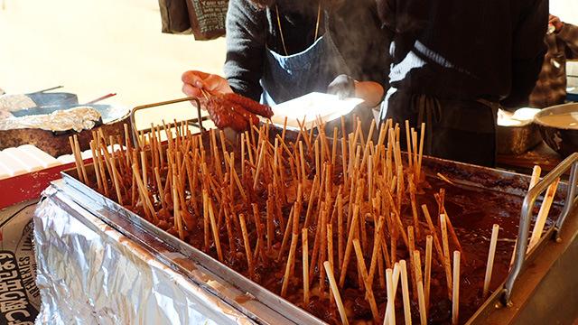 これがどて煮。いろいろな串が味の濃い味噌ダレに浸かっています。うまいよ。