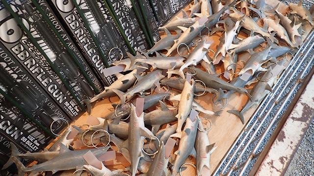 その名の通り、サメをつります。口の中に札が入っていて景品と交換できます。