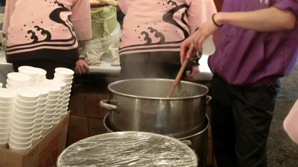 大きな寸胴鍋にグツグツと甘酒が煮立っている。