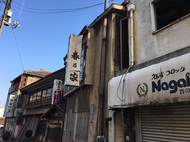 電話番号が4桁のみの看板があったり昭和感がにじみ出ている地域で、映画の舞台になったこともあるそうです。