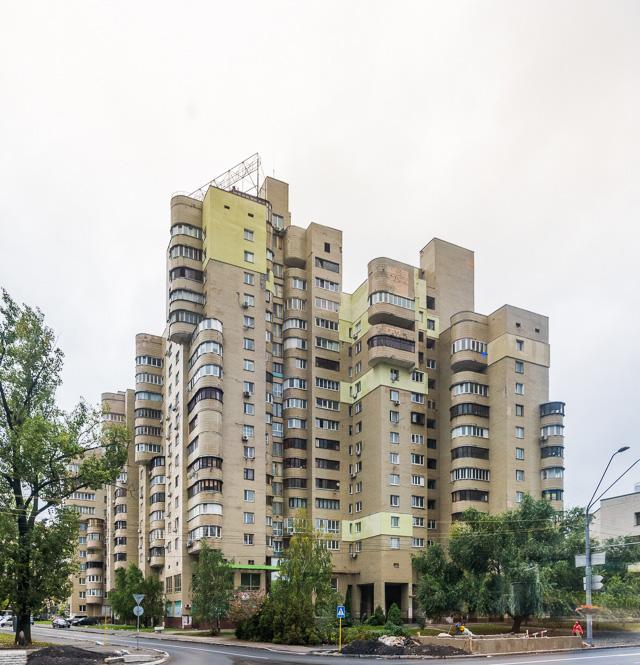 造形といえばこれがすごかった。集合住宅としてはかなり意欲的。とても共産主義建築っぽい。いい。