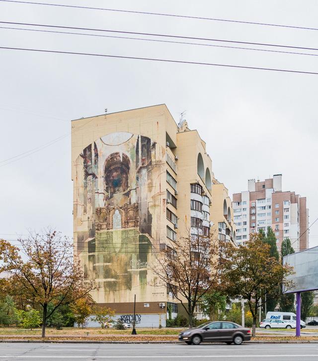 キエフの団地絵で悲しみを誘ったのはこれ。荘厳なモチーフと確かな絵心。しかし塗料の選択を誤ったか。いや、わざとか? まだ描き途中とか?