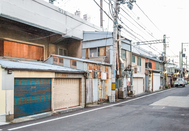 神戸市の阪神線御影駅周辺の高架下建築は特にお気に入り。そして見てください、この増築っぷりを!