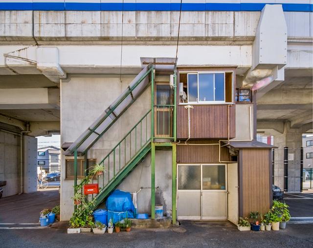 ただ、最近こういう昔気質の高架下建築どんどんなくなってる。これとかほんとすてきだったんだけど。階段つけちゃうとかすごくない?
