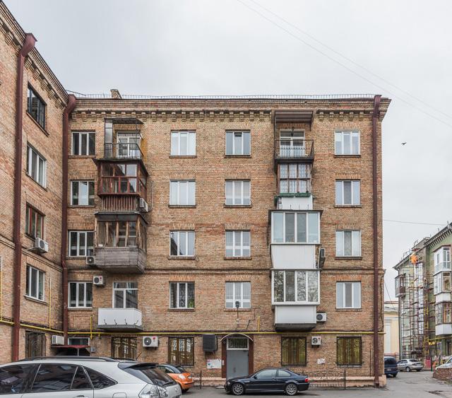 キエフ市街中心部のアパートメント。ご覧のように、やはりまちまちなベランダ。団地のものより、設置された時代の差が出ていて、味わい深い。