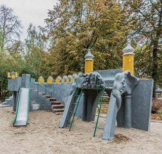 キエフにあったこの滑り台のデザインが強烈だった。いかめしい。