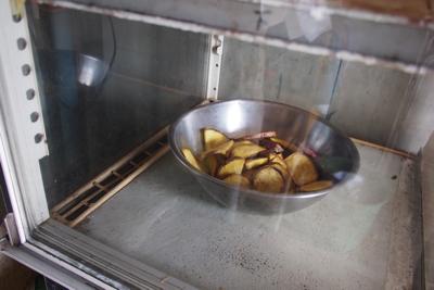 冷蔵ケース最下段には何故かボウルに入った芋が。