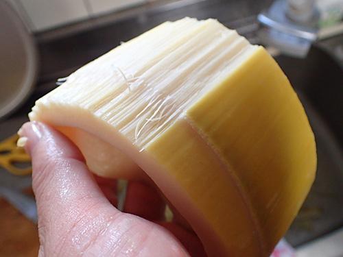 皮の部分はもはや竹なので、ぎりぎりタケノコと呼べるエリアまでむくことにした。