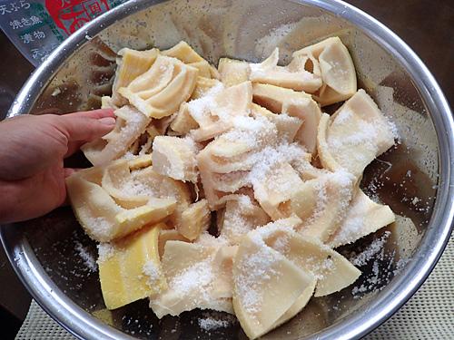 ドサドサと大量の塩を混ぜ込めば腐らないはず!