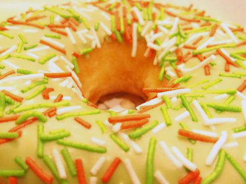 イベント仕様の最たる穴、『グリーンアップルスプリンクル』(クリスピークリームドーナツ)。クリスマスリースのようでしょう。