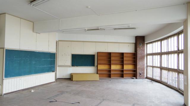 扇形に仕切られた教室は窓が大きく、日当たりがよく、教室内はとても明るい。当時は、窓を背にして授業をおこなっていた。