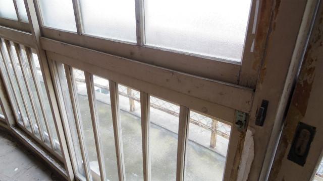 窓枠がアルミサッシではなく、木枠だ
