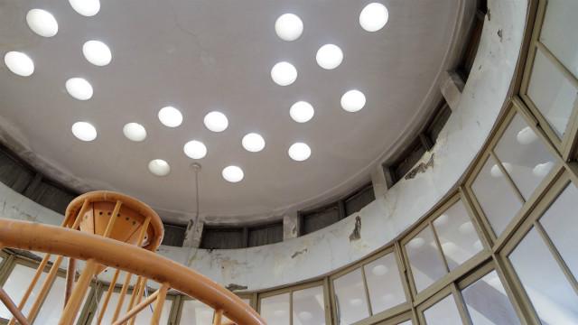 天井には丸い採光用のガラスがはめ込まれている