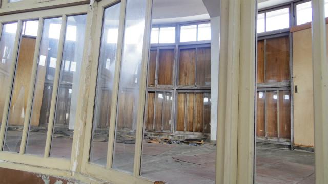 ガラスが割れないようにベニヤ板で応急処置