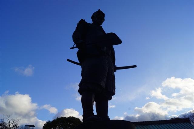 中央には豊臣秀吉の銅像が。逆行で黒幕みたいだ。